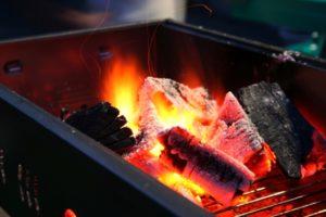 バーベキューの火起こしはコツをおさえてスマートに!簡単火起こし方法